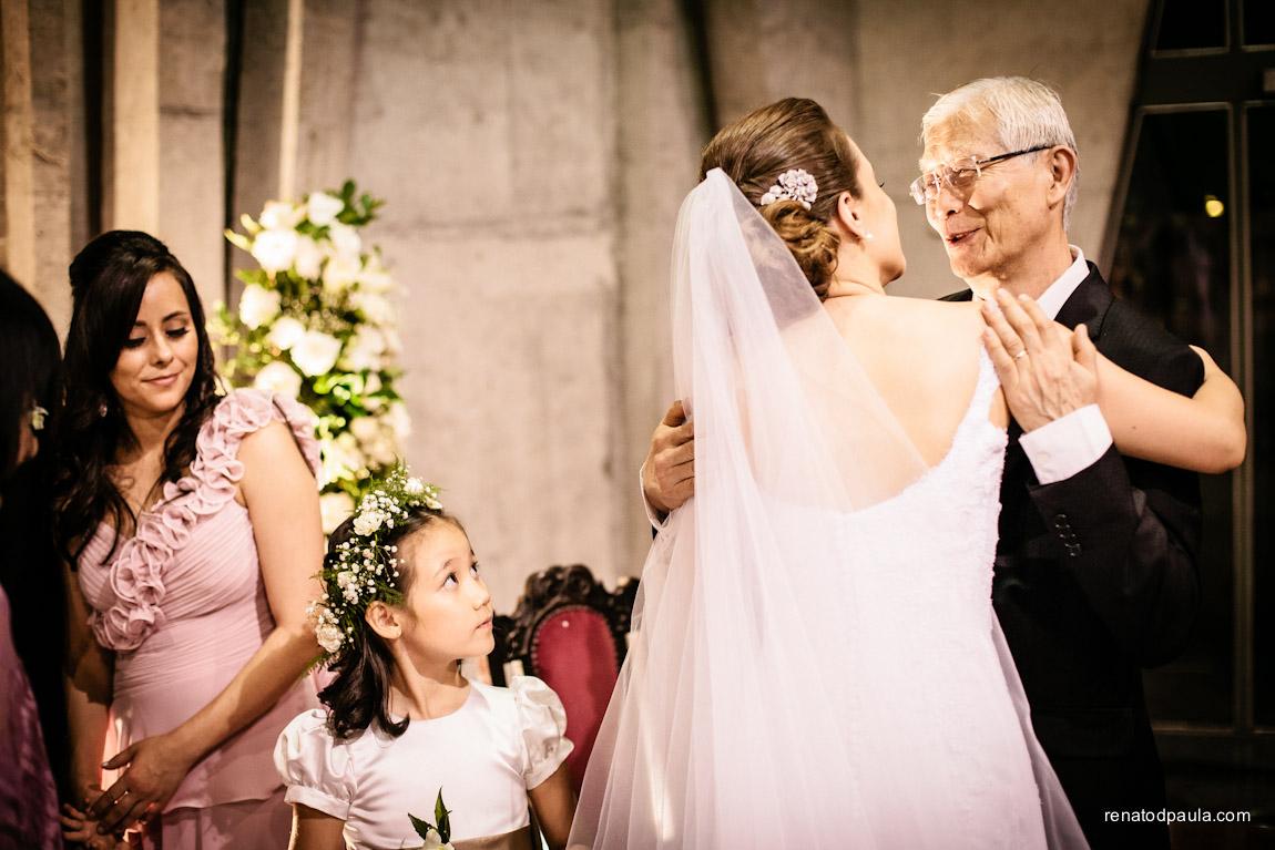 Cumprimentos e emoção no casamento