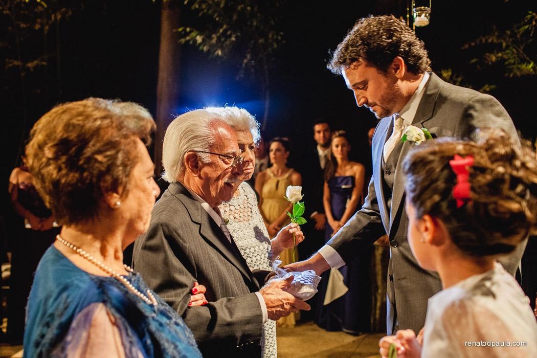 Avós levam a aliança aos noivos