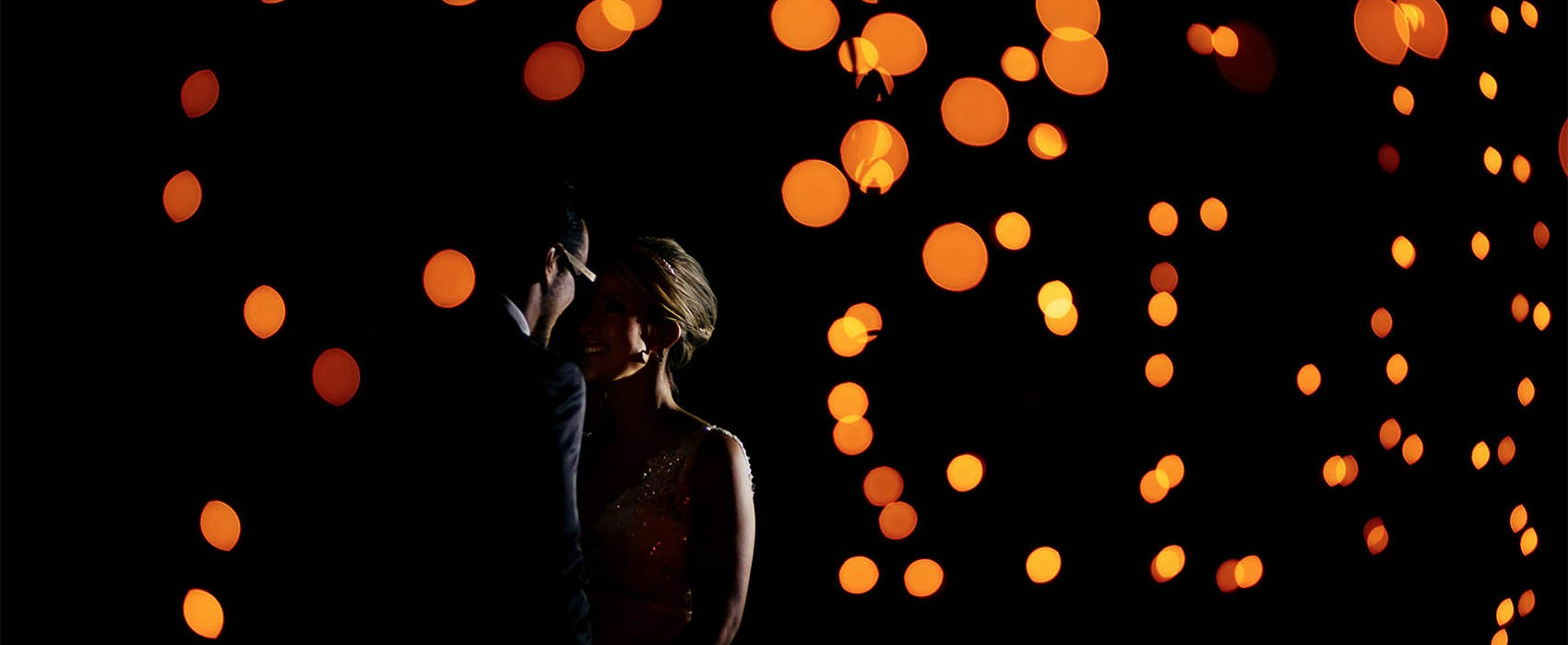 Fotografia artística de casamento com os noivos