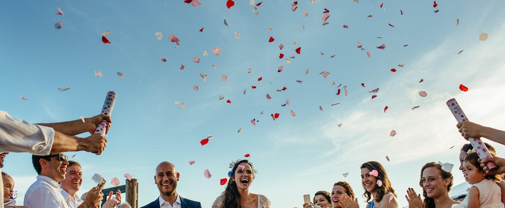 casamento mini-wedding na praia festa noivos