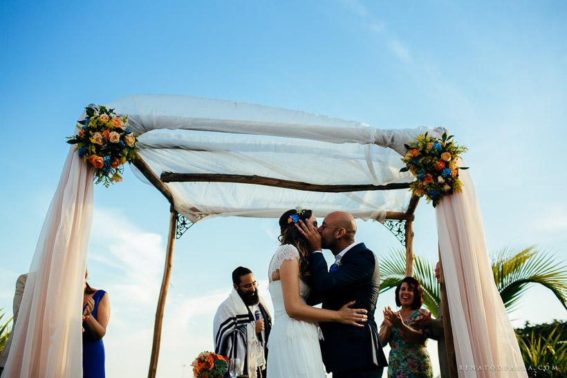 casamento mini-wedding na praia beijo dos noivos