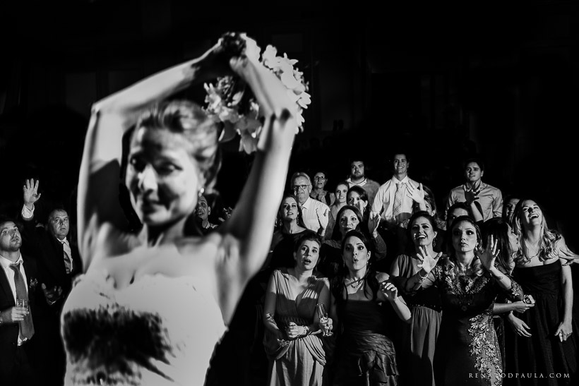 noiva jogando o bouquet no casamento no buffet torres