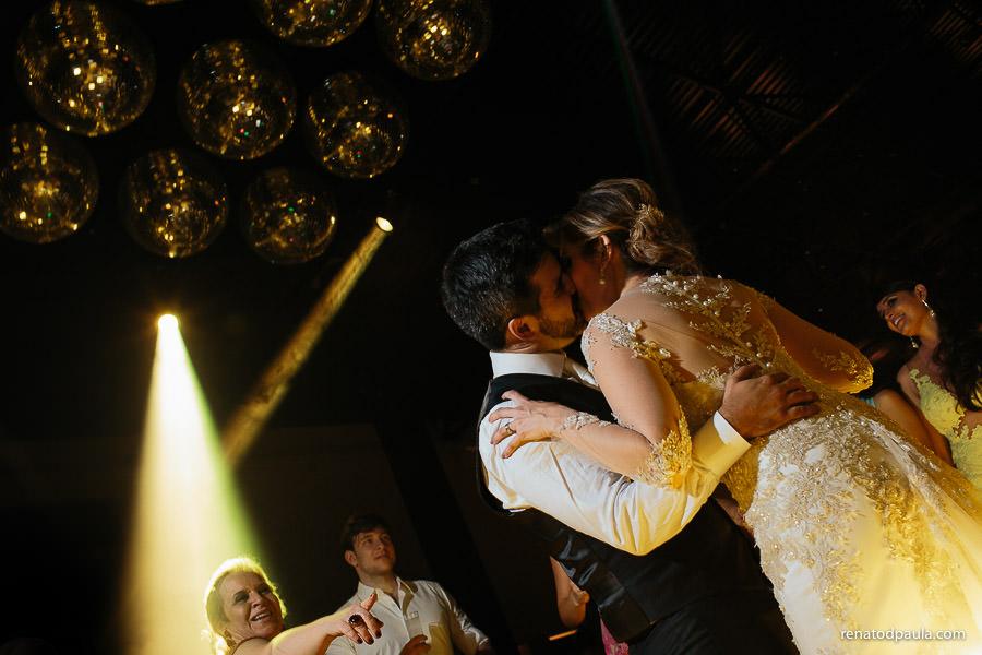 noivo beijando a noiva na festa de casamento