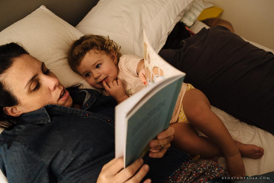 contando história para os filhos lendo um livro lifestyle