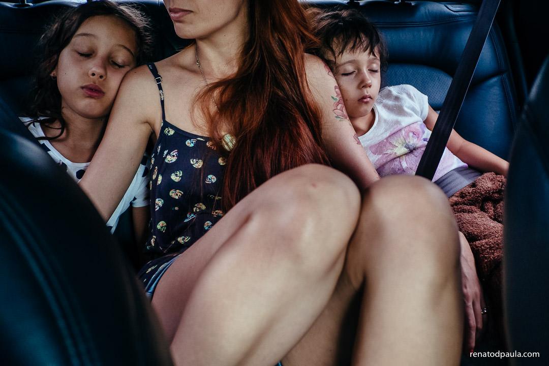 fotos de familia crianças dormindo no carro